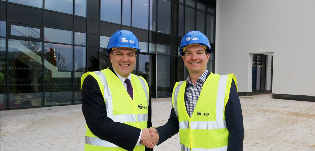University Registrar Bryn Morris with Oxford Innovation Commercial Director Gareth Scargill )