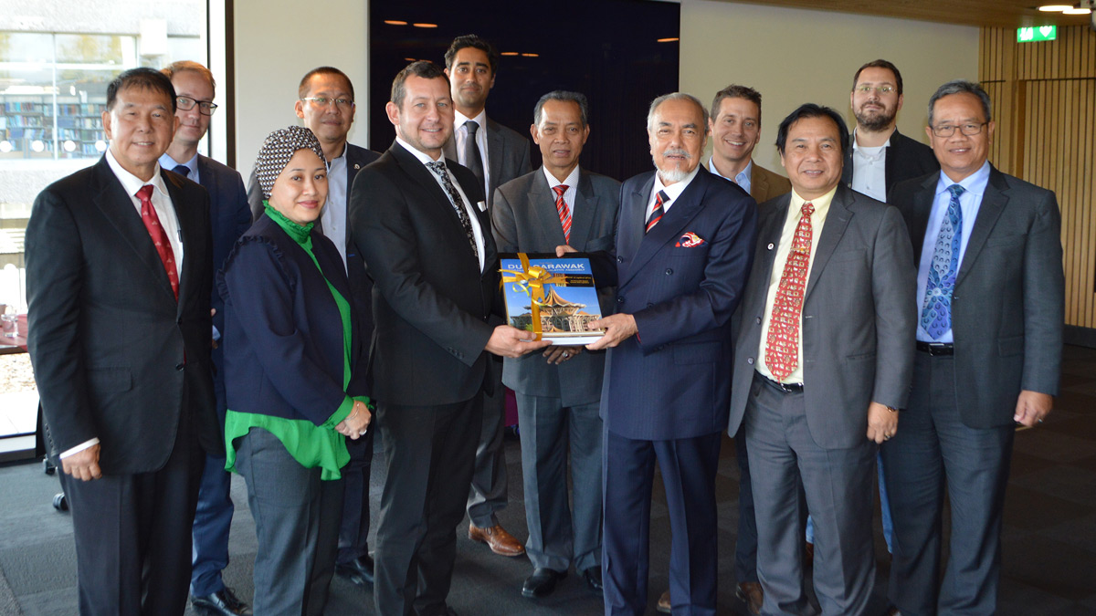 The Sarawak government's delegation exchanges gifts with Essex representatives)